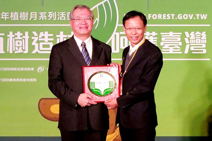 獲農委會頒贈「103年度推動生命教育楷模」獎